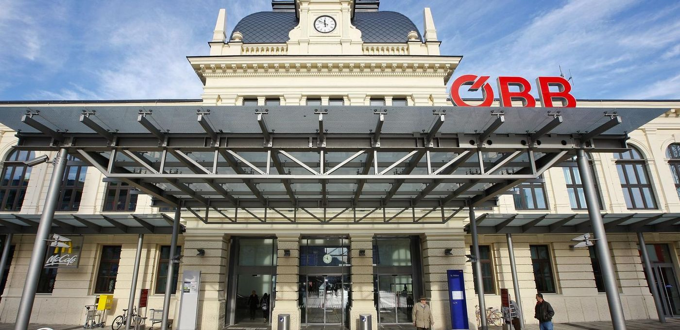 Photo: St. Pölten main station: View from the worm's eye view onto the historic entrance portal with modern canopy
