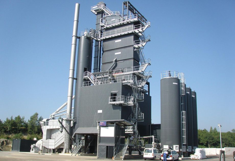Photo: Feistritz asphalt mixing plant: asphalt mixing plant coated in dark grey in front of a blue sky