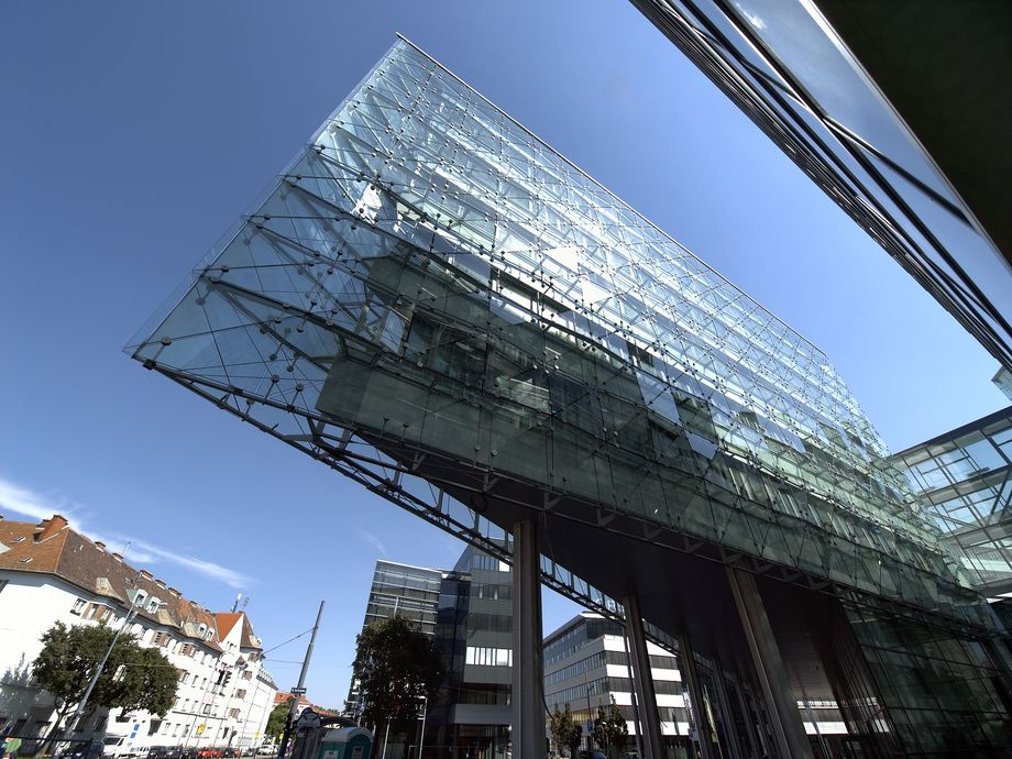 Photo: Euro Plaza 4 – Standing on stilts, tapered building part with glass facade from the worm's-eye view