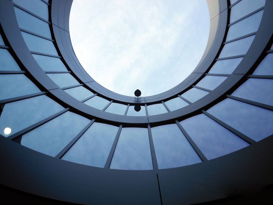 Photo: ESO Garching – View through the circular building opening to the sky, glazed all around