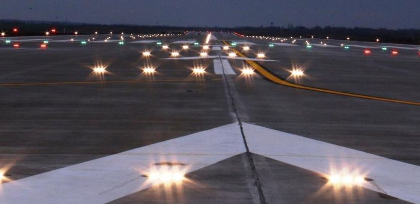 Photo: Oradea Airport: Runway at night with navigation lights