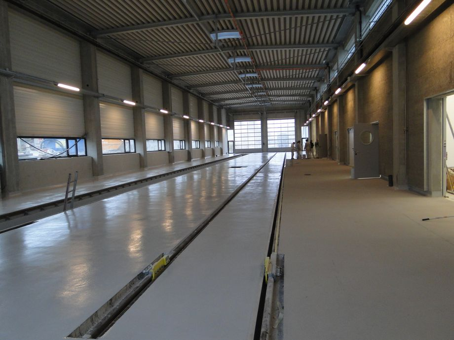 Photo: The inside of a depot with a smooth, light grey floor covering