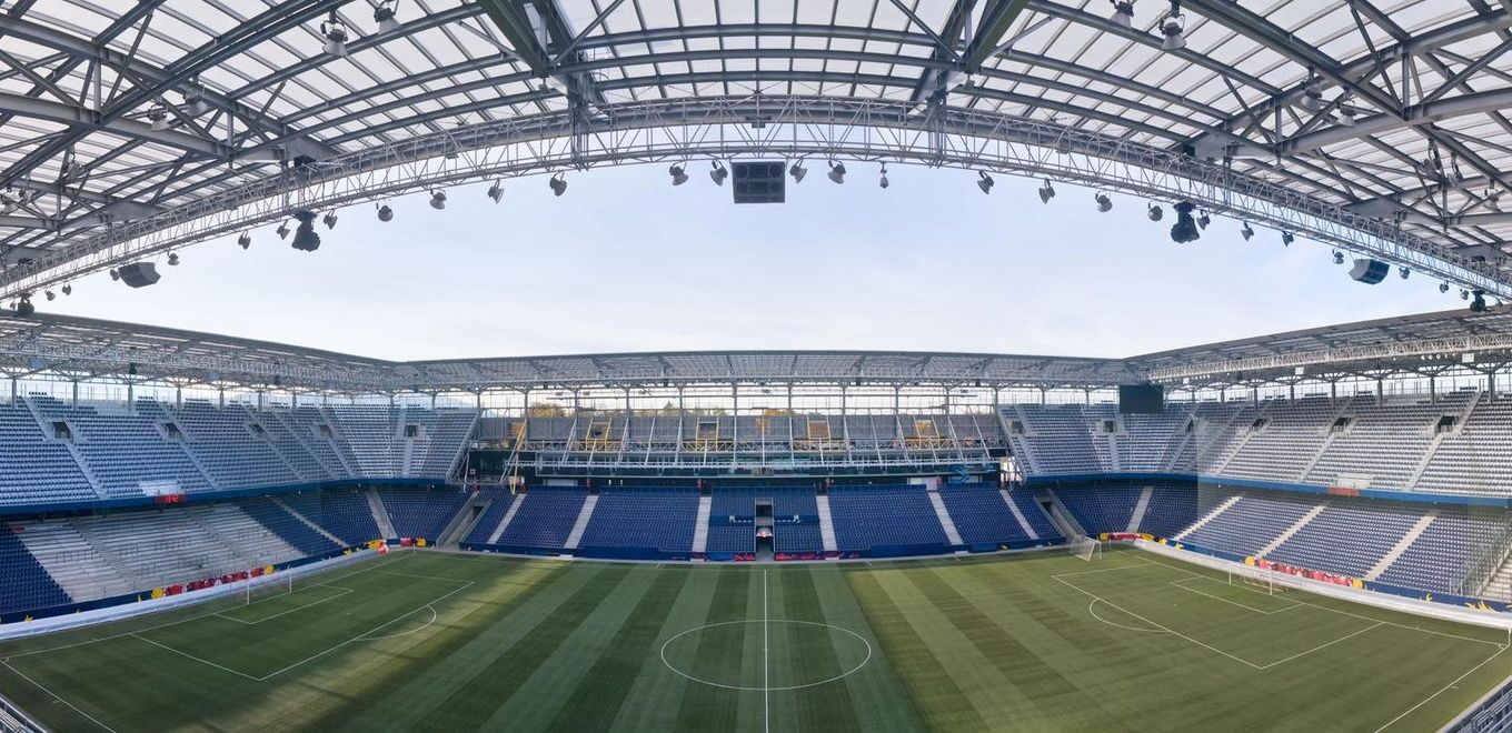 Red Bull Arena: Interior view of the Arena with a view of the pitch and the stands